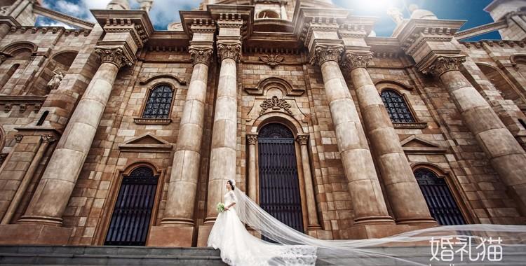 一、画面整体和谐搭配 要想拍摄好一套时尚欧式婚纱照,拍摄的场地非常重要,新人选择的服装、妆容要与场景相互搭配映衬。造型的打造过程中,要贴近建筑风格,其中精致复杂的造型更受欢迎。饰品方面可以简约大气,追求自然大方即可,手捧花的挑选也以不同色彩、不同花材为主。 二、妆容造型一丝不苟 拍摄欧式婚纱照新娘妆容方面一定不容忽视,一定要凸显立体感觉。